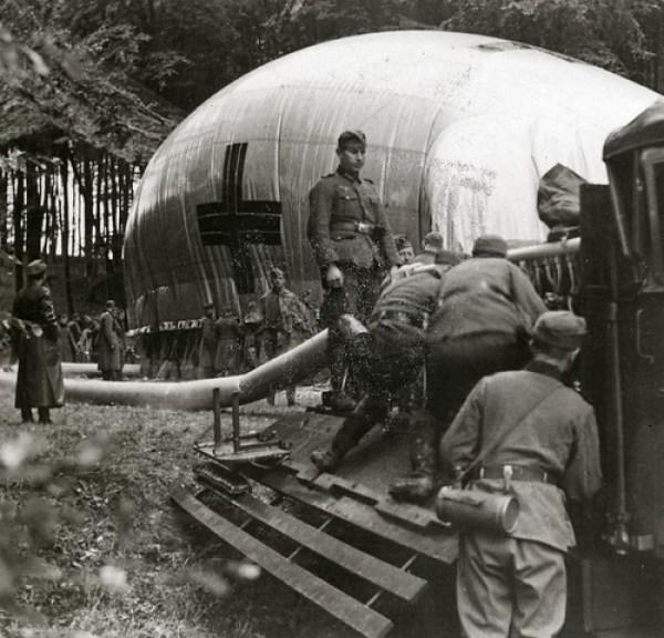 WOII: Duitse soldaten maken uitkijkballon gereed / WWII: German soldiers preparing an observation balloon by Nationaal Archief