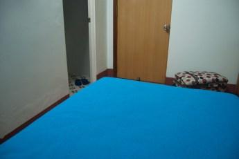 Bett und Türen im Thanh Cong Hotel