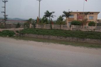 Gebäude mit Strommasten