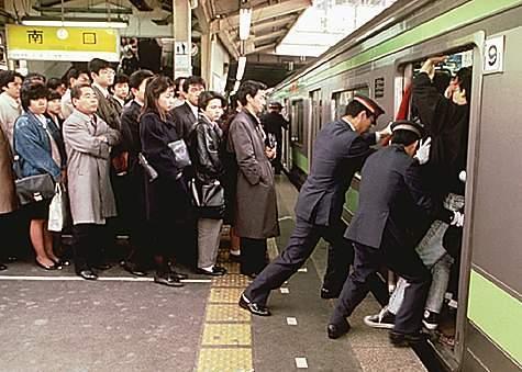 Tokyo_subway-pusher