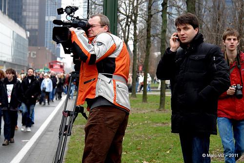 Michaël Van Droogenbroeck bellend in actie in de Wetstraat.