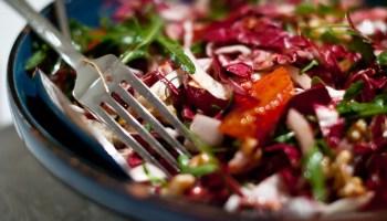 Bitterzoete salade van Ottolenghi met o.a. radicchio, bloedsinaasappel en walnoot