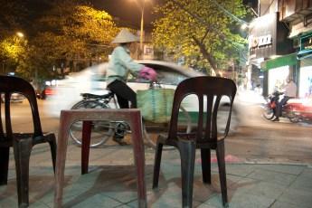 Tisch mit Auto und Radfahrerin