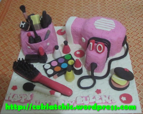 Cake Kosmetik dan hair dryer