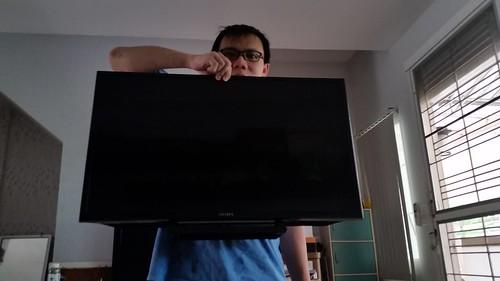 น้ำหนักของ Sony Bravia KDL-32R420B เบามาก ขนาดใช้สามนิ้วจับยกขึ้นมือเดียวได้แบบนี้เลย