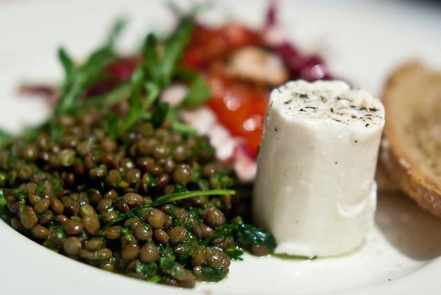 Bitterzoete salade van Ottolenghi met o.a. radicchio, bloedsinaasappel en walnoot met linzen en geitenkaas
