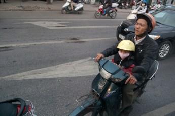 Mann mit Kind am Scooter