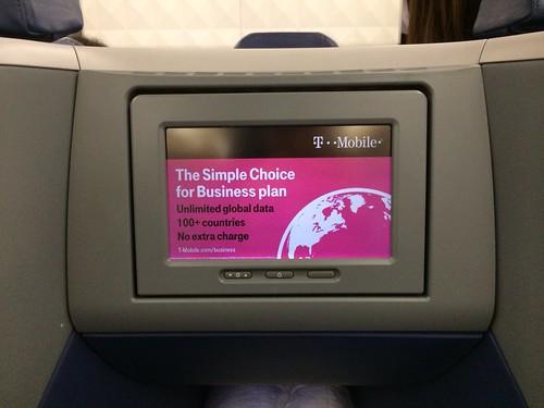 搭乗したら機内のスクリーンにT-Mobile USの広告が!始めて見た。