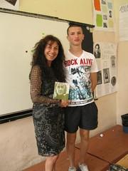 a Borislav regalando el poemario Esperanza traducido en ingles