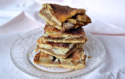 apple pie bars with cinnamon topping
