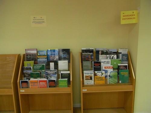 Estanteria con Novedades en la Biblioteca de Rabanales.