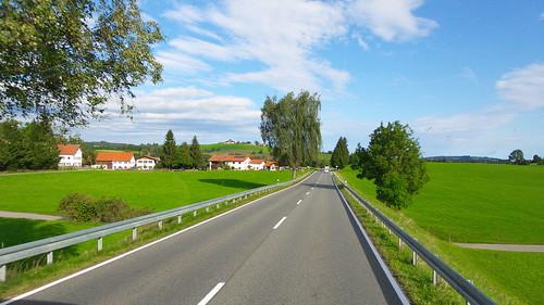 พวกถนน หรือแนวรั้ว หรือแม่น้ำจะเป็นเส้นนำสายตาที่ดีมาก