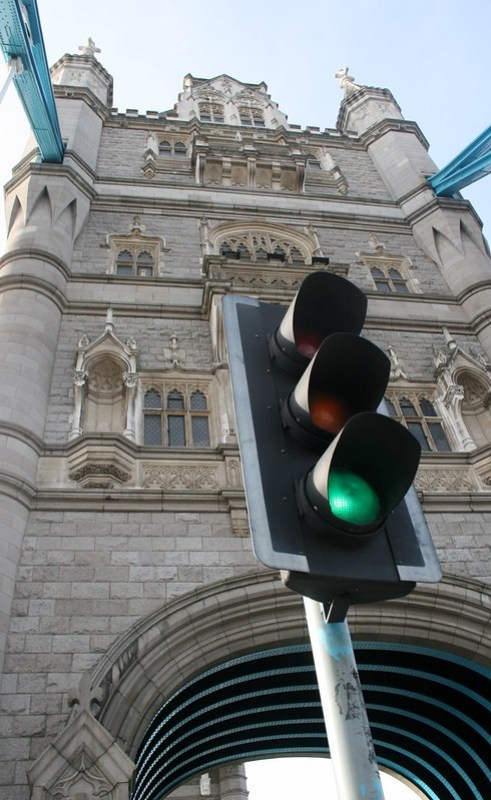 Le feu signalisation de Tower Bridge