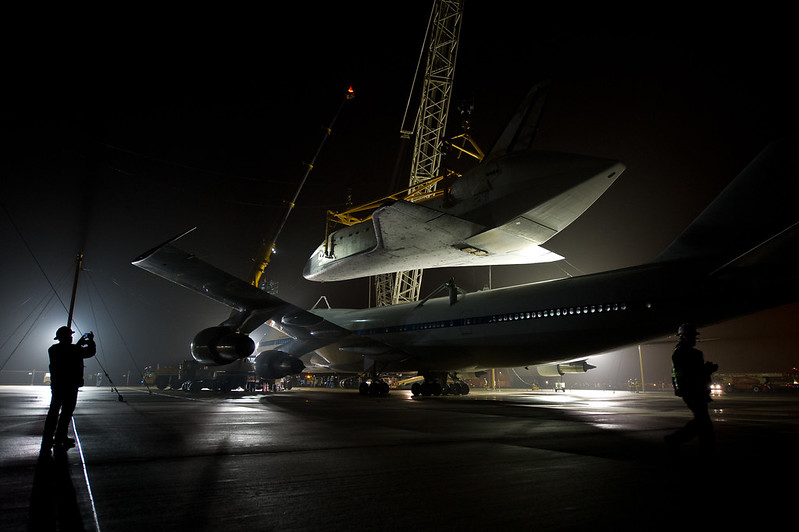 Shuttle Discovery Is Demated From SCA (201204190011HQ)