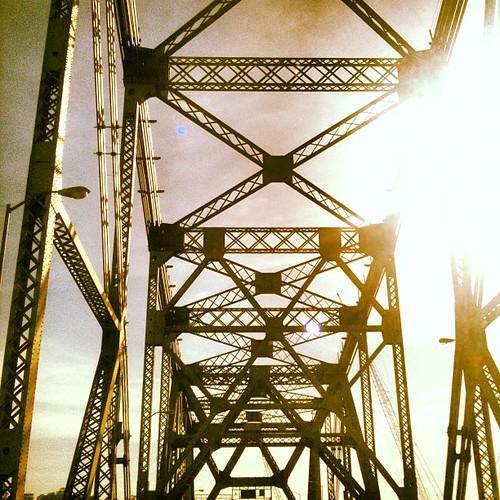 De regreso por el Broken bridge by Cristino Montanez