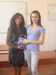 regalando a Polina mi poemario Esperanza traducido al bulgaro