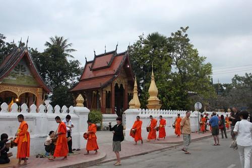 20120131_3285_monks-tourists