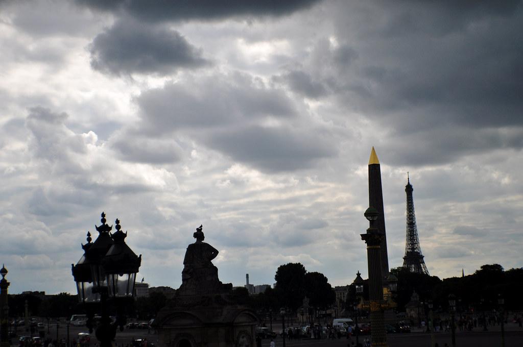 Place de la Concorde silhouette pigeon statue
