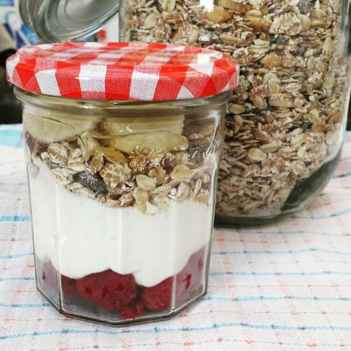 Frambozen, Griekse yoghurt, muesli, banaan, honing ... ik heb al zin in mijn 10uurtje #projectgezondereten