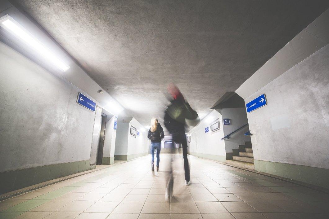 Imagen gratis de dos personas andando por el metro