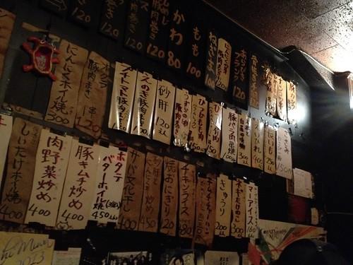 壁いっぱいに張られたメニューたち@ミヤザキ商店