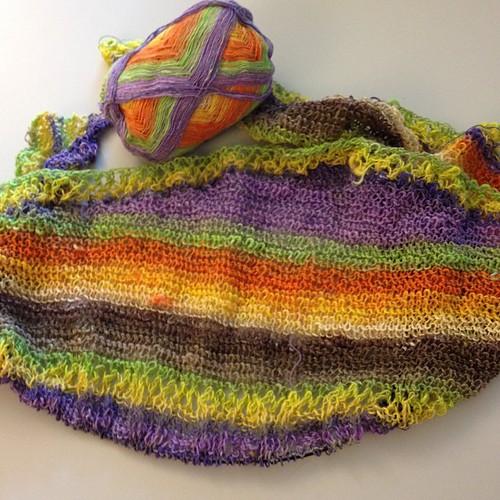 Giri finali over the rainbow #emmafassio #yarn #noro #nofilter #sekku #lavoroamaglia #fattoamano #knit #knitting #shawl #handmadewithlove