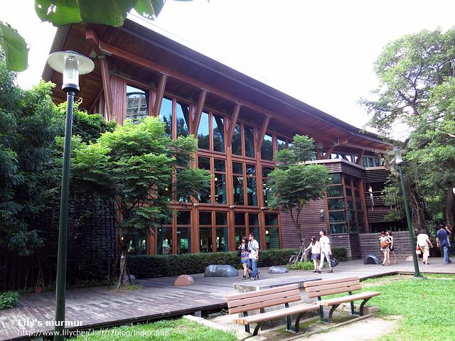 北投綠建築的北投圖書館,好漂亮啊,若是這樣的圖書館在我家附近,我會很願意常常來的。