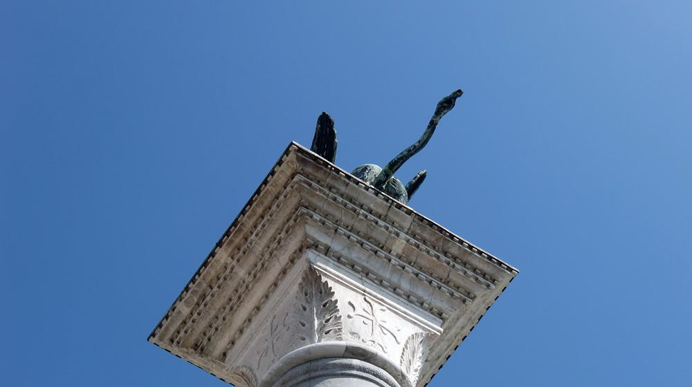 Dem Markuslöwen von Venedig ist im Laufe seiner Karriere als Säulentierchen schon so mancher Medienskandal am Schweif vorbei gegangen.