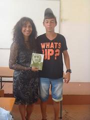regalando mi poemario Esperanza traducido a Pedro