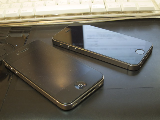 iPhone 5s (Space Silver) and 4 (Black)