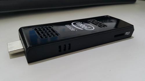 ด้านนี้จะมีแค่ช่องระบายความร้อนกับสล็อตใส่ MicroSD card