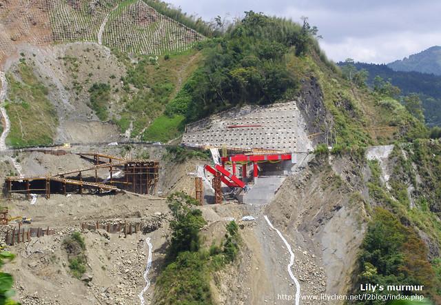 途中經過被莫拉克颱風沖毀正在重建的橋樑,那裸露的山坡看起來有點怵目驚心。