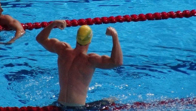 James Magnussen flexing after winning gold at BCN2013