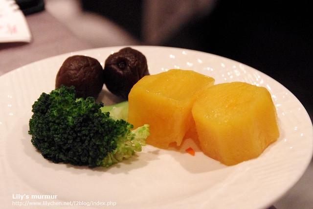 這是配菜,看得出來旁邊兩顆酸梅是用來解膩的吧!