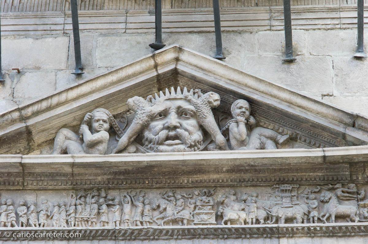 Diversos animales, incluidos elefantes, en el triunfo romano del Palacio de la Audiencia
