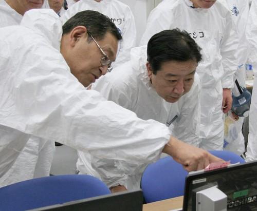 Masao Yoshida (levo) ter premier Yoshihiko Noda (desno)