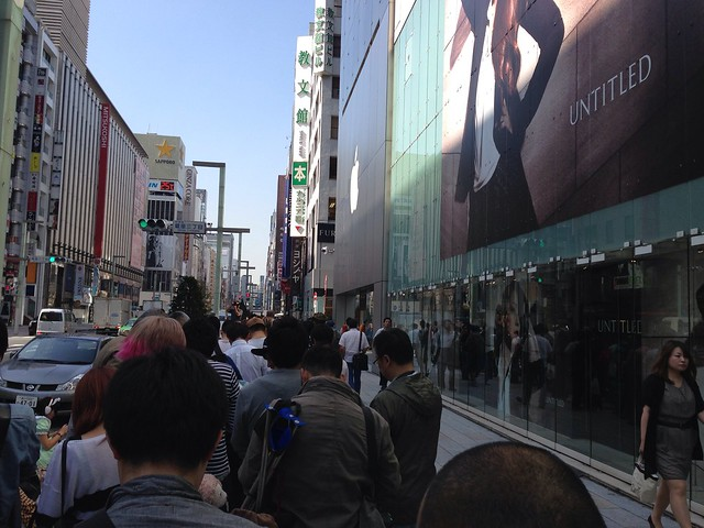 iPhone 5s / 5c Launch Day in Apple Store Ginza.