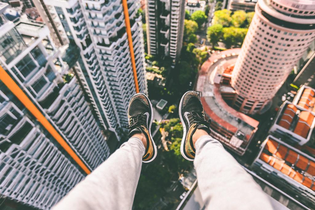 Imagen gratis de pies colgando en el vacío en un rascacielos