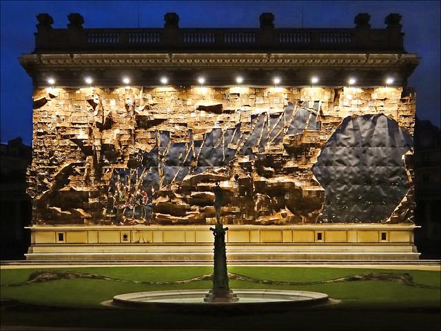 Oeuvre d'El Anatsui sur la façade du musée Galliera