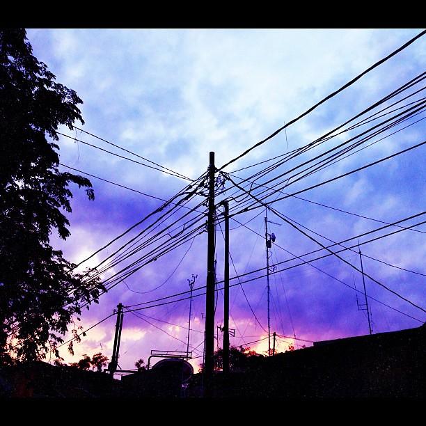 ...di balik kabel-kabel ruwet ini tercatat data penting klimatologi senja tanah parahyangan saat ini! (BMKG Bandung)