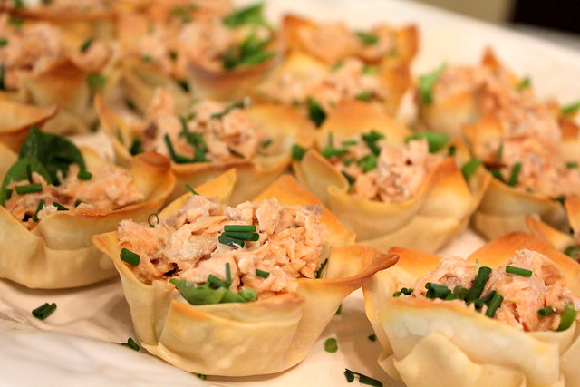 wonton cups with salmon mixture