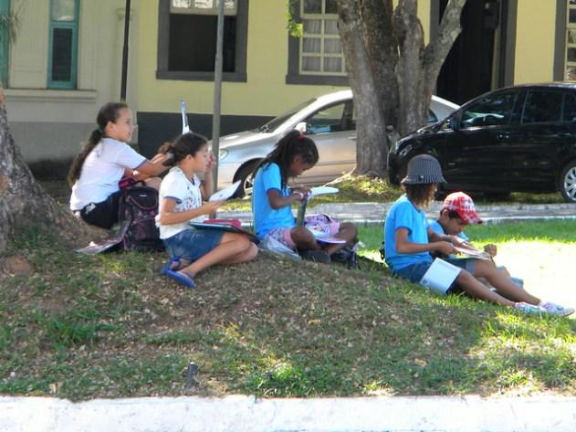 Aqui as escolas levam os alunos para aprender in loco a história da cidade e desenhar os monumentos da cidade