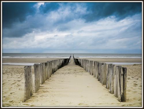 Paalhoofden op het Strand van Domburg in Zeeland (30-07-2013).