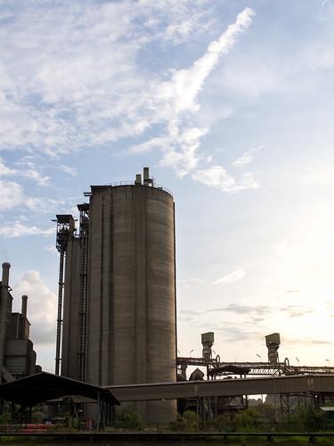对这类的巨型工业建筑情有独钟,因为在游戏里见多了感觉很熟悉温馨