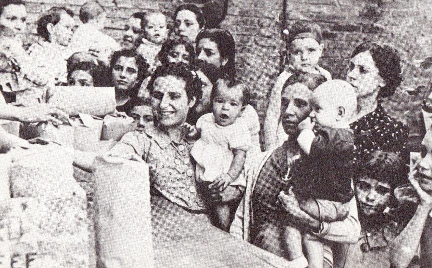2. Refugiados recibiendo el reparto de comida