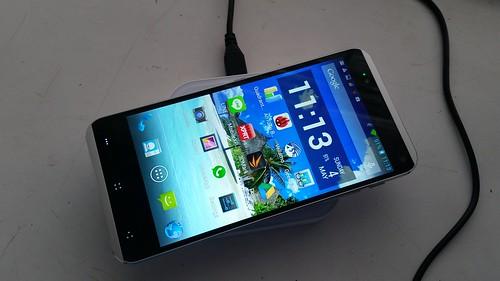 วาง i-mobile IQX Octo ชาร์จแบบไร้สายบนแท่นชาร์จไร้สาย