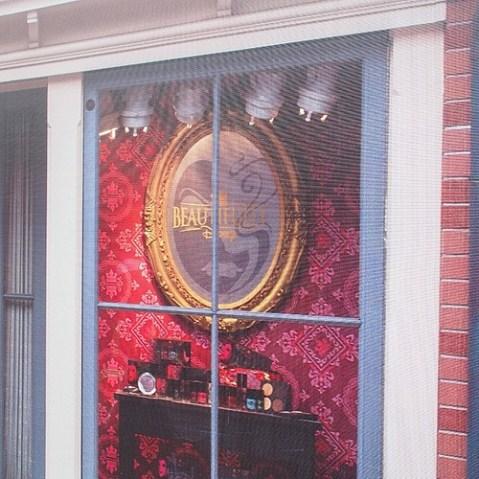 メインストリートがリハブ中なんだけど、Beautifully Disneyのロゴがあるね…。