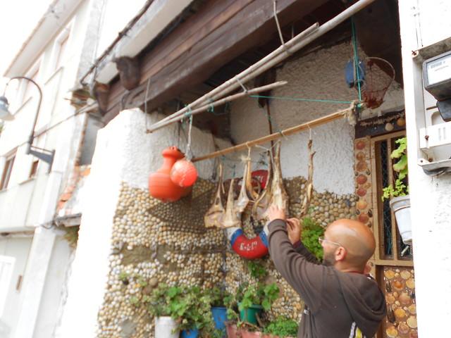 Secado del pescado tradicional en la entrada de una casa de Cudillero