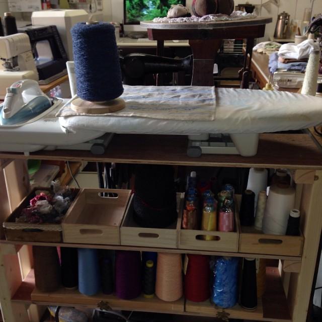 昨日夕飯作ってる間に、パパさんに糸立ての棚作ってもらいました(^o^)こんなの朝飯前ならぬ、夕飯前ってね(^-^)/