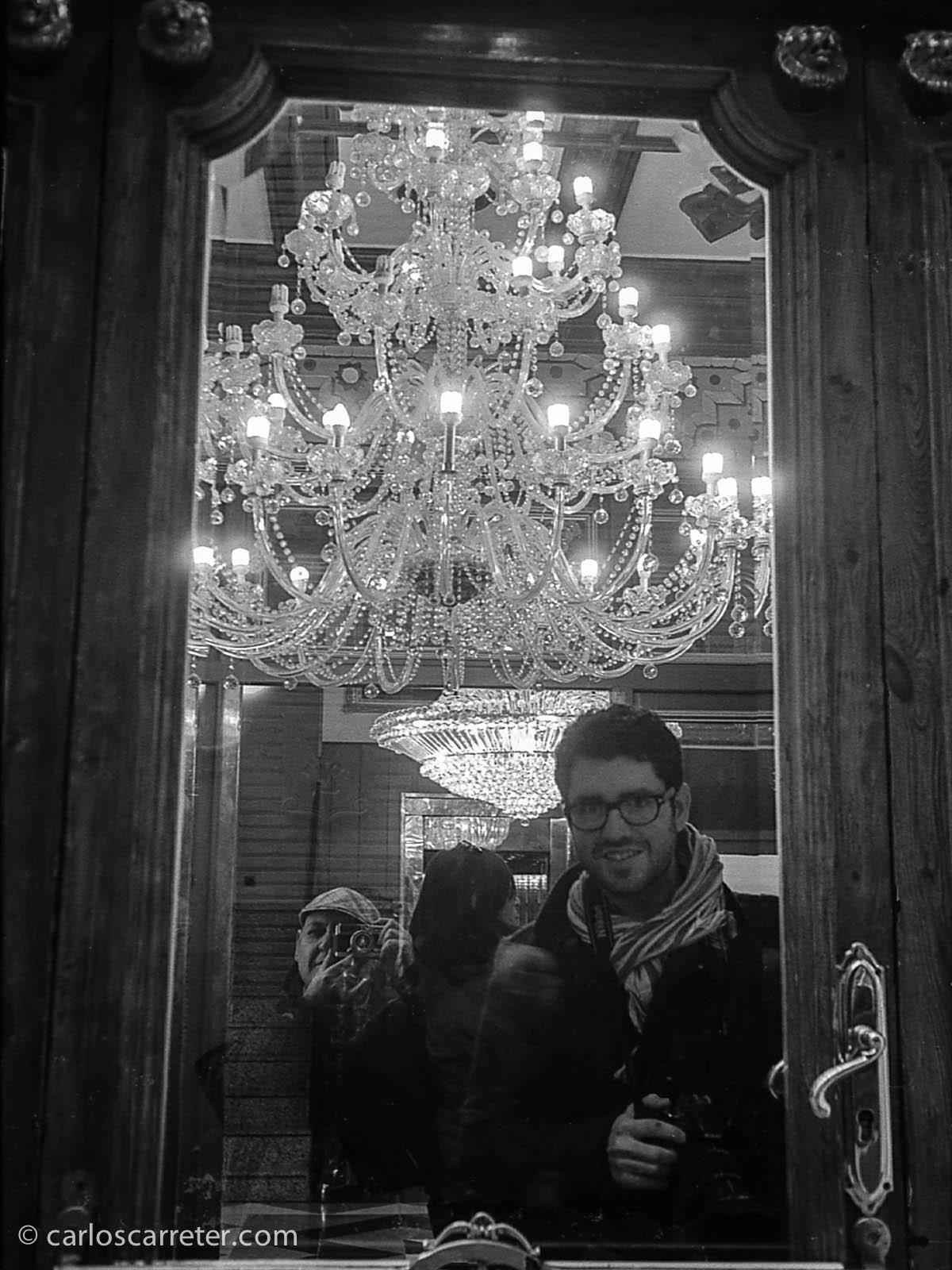 """""""Selfie"""" y amigos en hotel París en calle San Pablo"""